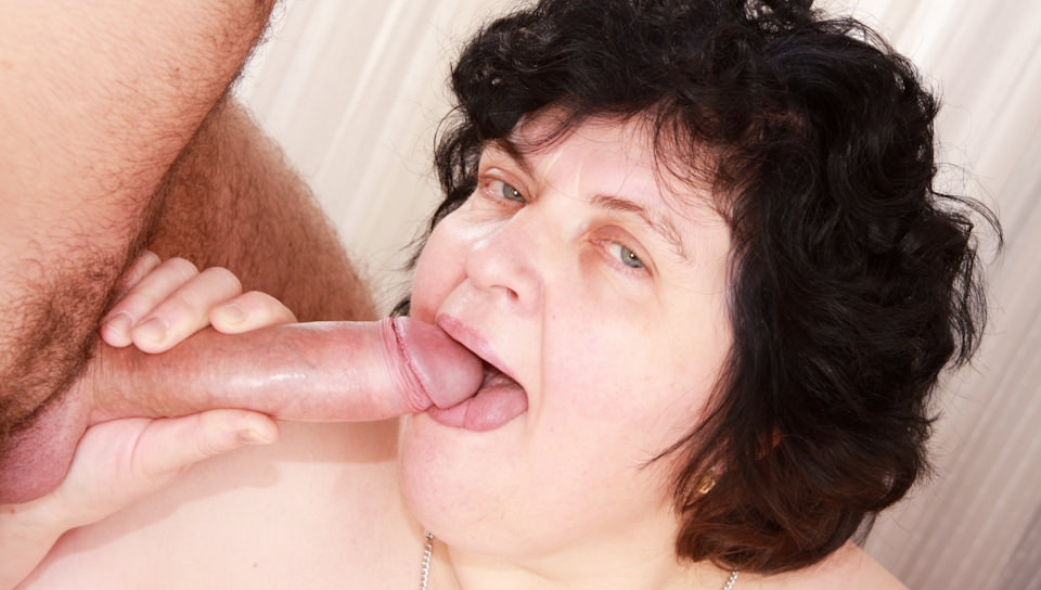 Plump granny Elke fucks on bed