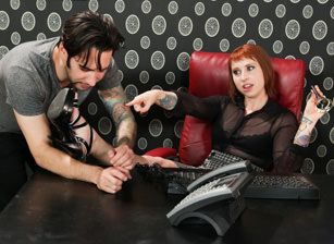 Worship My Feet, Scène 1